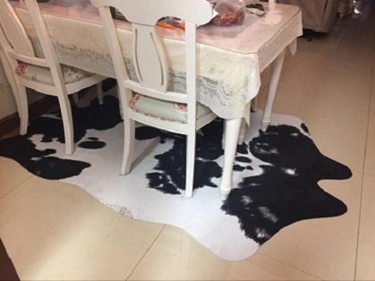 thảm lông thú trải dưới bàn ăn